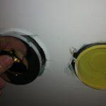Trockenbauauschnitte: Trockenbauplatte nicht passgenau ausgeschnitten, Armaturabdeckung überdeckt nicht.