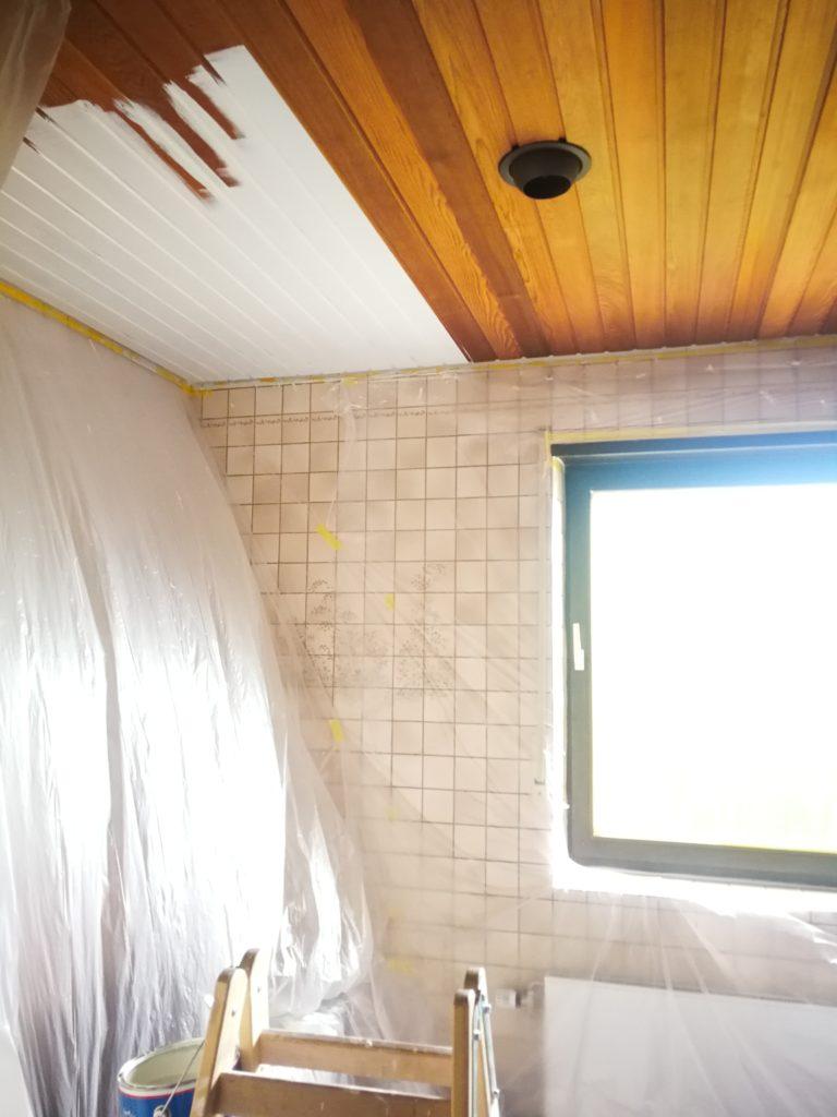 Hier lackiere ich eine Holzdecke auf Weiß um. Die Materialien sind auf Wasserbasis von Caparol.