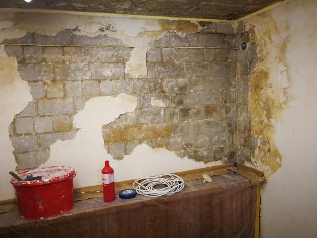 Ein Wasserschaden, der Putz musste entfernt und neu hergestellt werden.