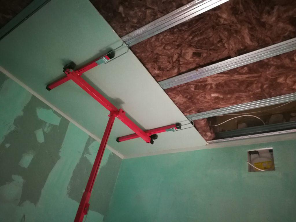 Trockenbauarbeiten in einem Badezimmer. Platten in GKBI und Spachtelungen Uniflot imprägniert. Decke freitragend.