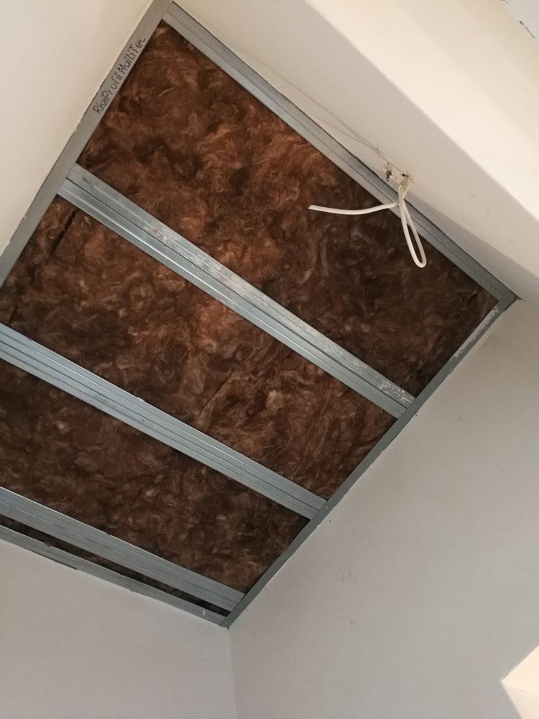 Treppenaufgang verschlossen und freitragende Decke eingezogen.